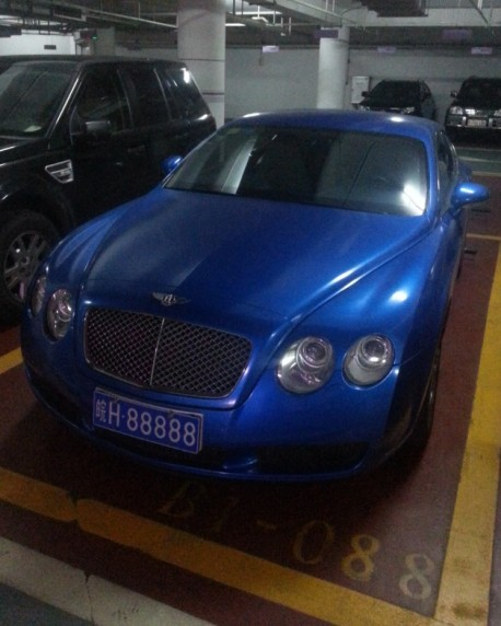 Blue Bentley Continental GT is very lucky in China