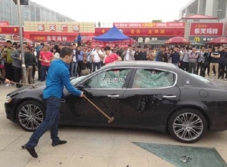 Angry owner destroys Maserati Quatroporte in China