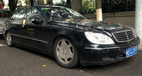Mercedes W220 S600 is a Low Rider in China