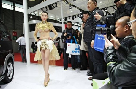 Car model Gong Yuefei looks a bit Alien in China