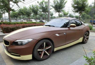 BMW Z4 is matte brown and a bit yellow in China