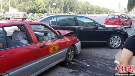 Crash Time China: Chery Cowin 2 taxi hits Bentley Continental Flying Spur