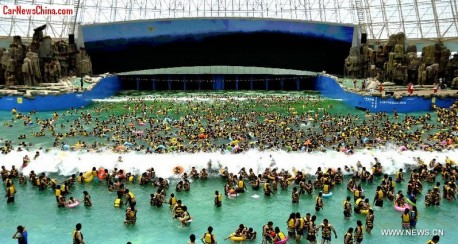 """Mega swimming pool in China offers """"Tsunami Experience"""""""