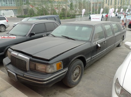 Spotted in China: Lincoln Town Car stretched limousine
