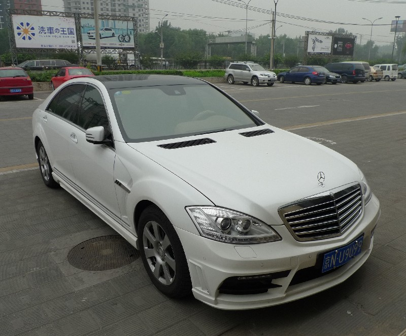 Mercedes benz s class with a body kit in china for Mercedes benz china