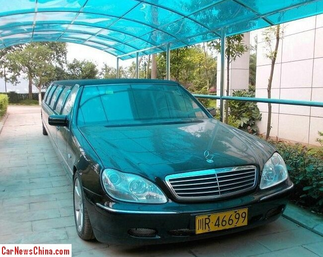 Mercedes-Benz W220 S-Class is a giant stretched limousine in China