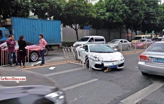 Lamborghini Gallardo crashes in China