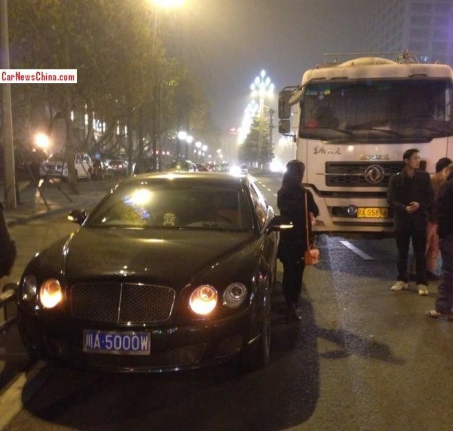 Crash Time China: tanker truck hits Bentley Flying Spur