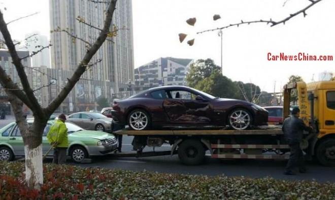 Crash Time China: taxi hits Maserati GranTurismo
