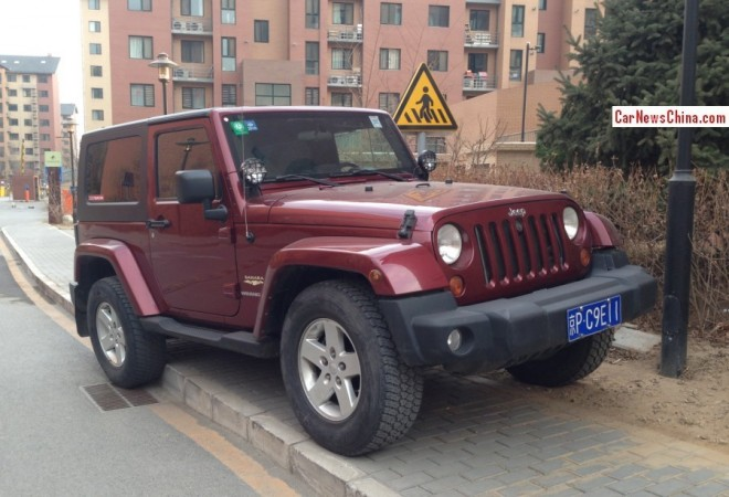 Jeep Wrangler parks like a Professional A*hole in Beijing