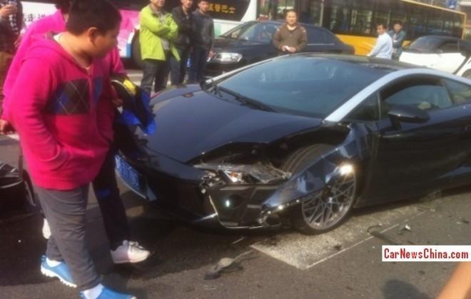 Two tone Lamborghini Gallardo crashes in China