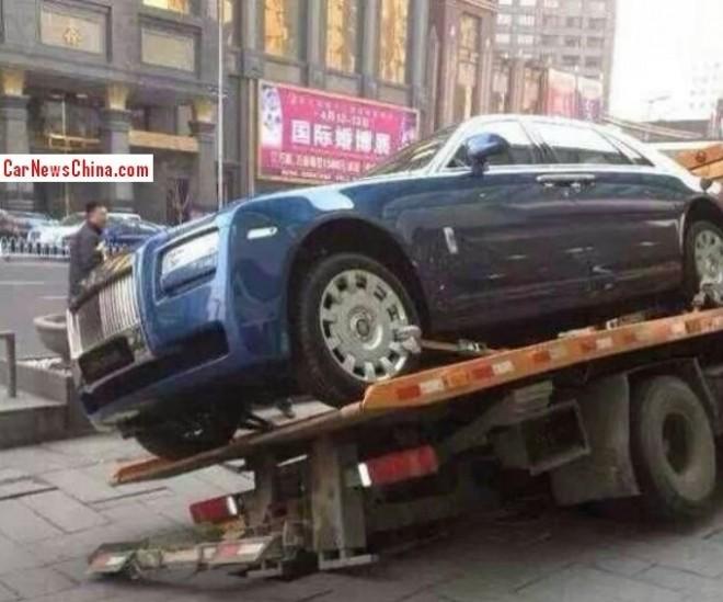 Rolls-Royce Ghost almost falls off a flatbed truck in China