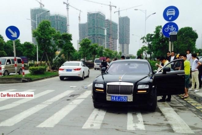 Crash Time China: Toyota Corolla hits Rolls-Royce Ghost