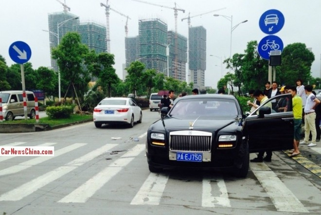 Crash Time China: Toyota Corolla hits Rolls-Royce Ghost
