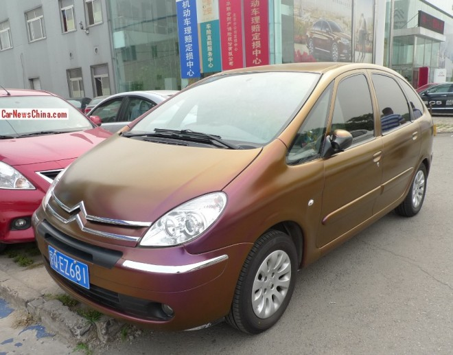 Citroen Xsara Picasso is shiny brown purple in China