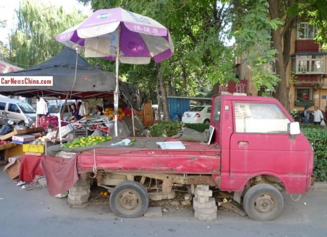 Tianjin Huali TJ1010A mini pickup truck is selling Oranges in China