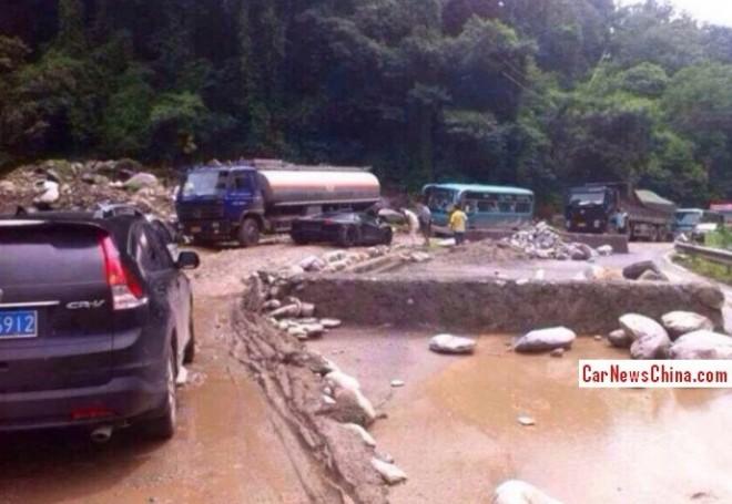 Lamborghini Aventador gets stuck on Rocks in China