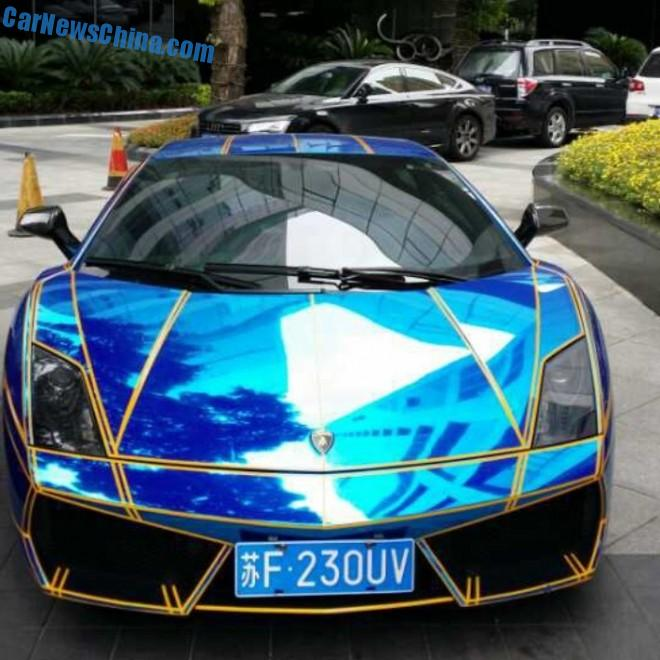 Spotted in China: Lamborghini Gallardo in shiny blue with tron stripes