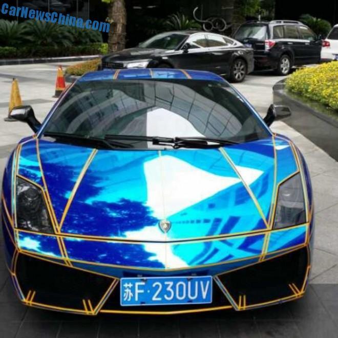 Spotted in China: Lamborghini Gallardo in shiny blue with tron stripes