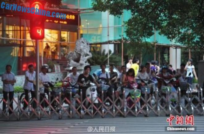 Police in China attacks Jaywalking with portable rolling fences