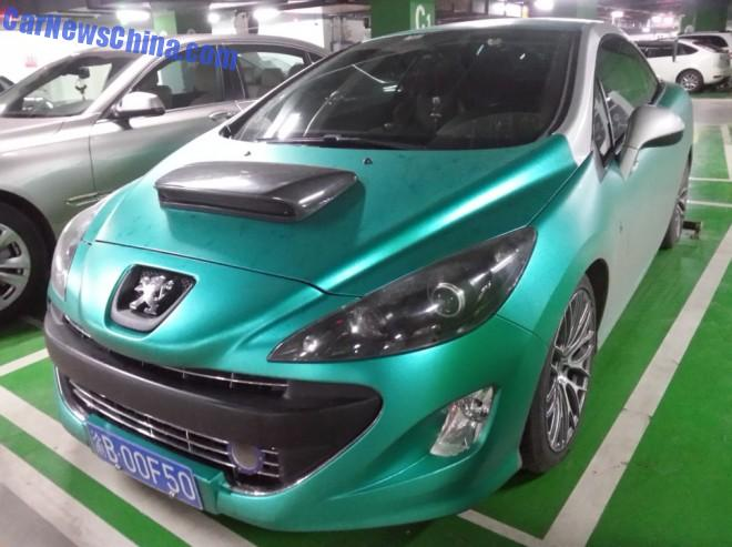 Peugeot 308CC is shiny green in China