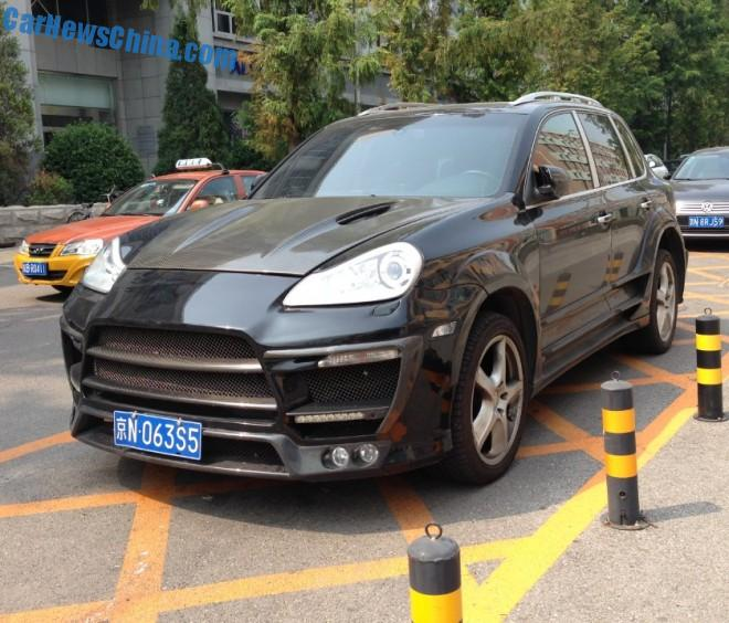 Porsche Cayenne has a black body kit in China