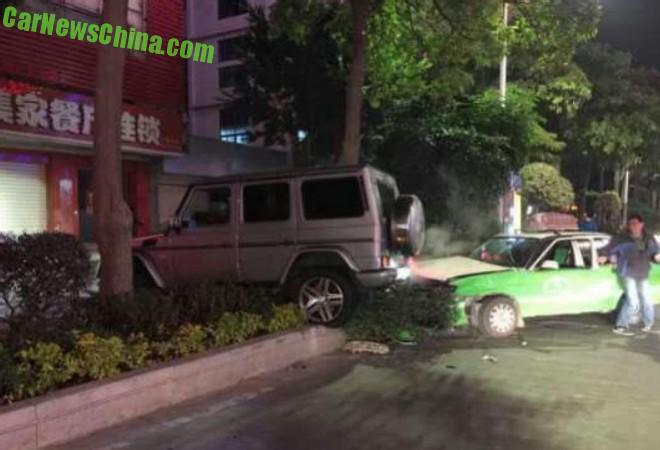Mercedes-Benz G55 AMG crashes Six Cars in China, Drunk Driver on the Run