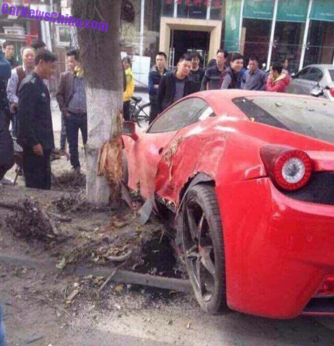 Ferrari 458 Italia hits a Tree in China