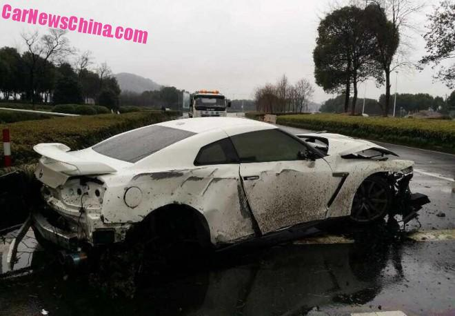 Nissan GT-R crashes in China