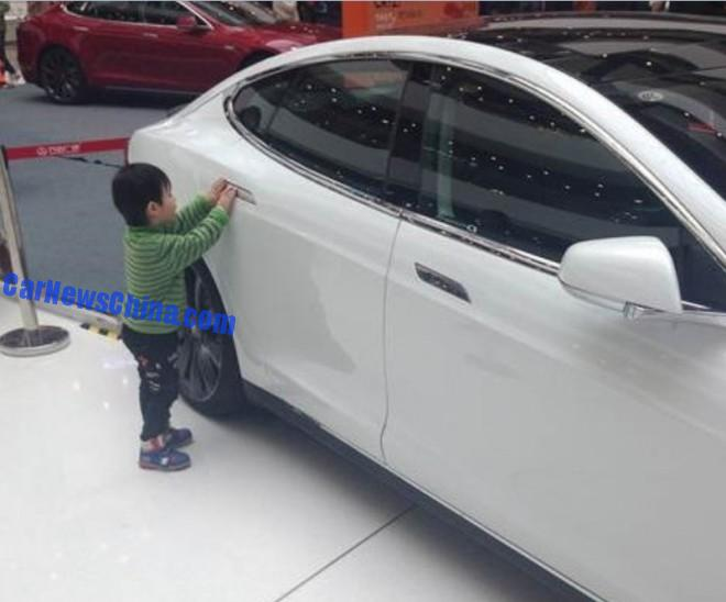 tesla-shopping-mall-crash-china-4