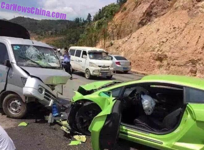 Lamborghini Gallardo hits a mini pickup truck in China