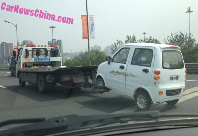 Electric Car runs out of Juice in China, needs dirty Tow Truck
