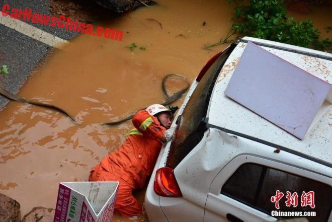 china-sinkhole-4-cars-3