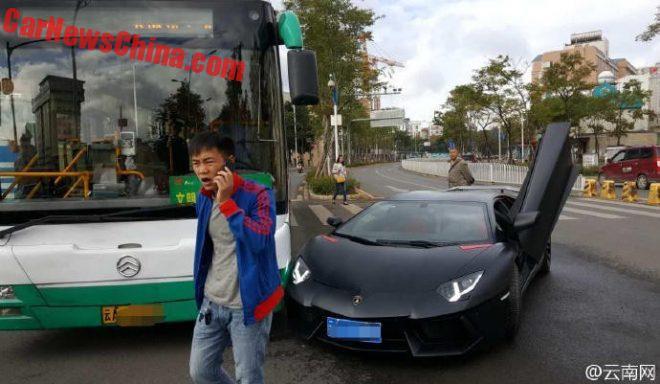 aventador-crash-bus-2