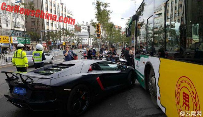 aventador-crash-bus-3