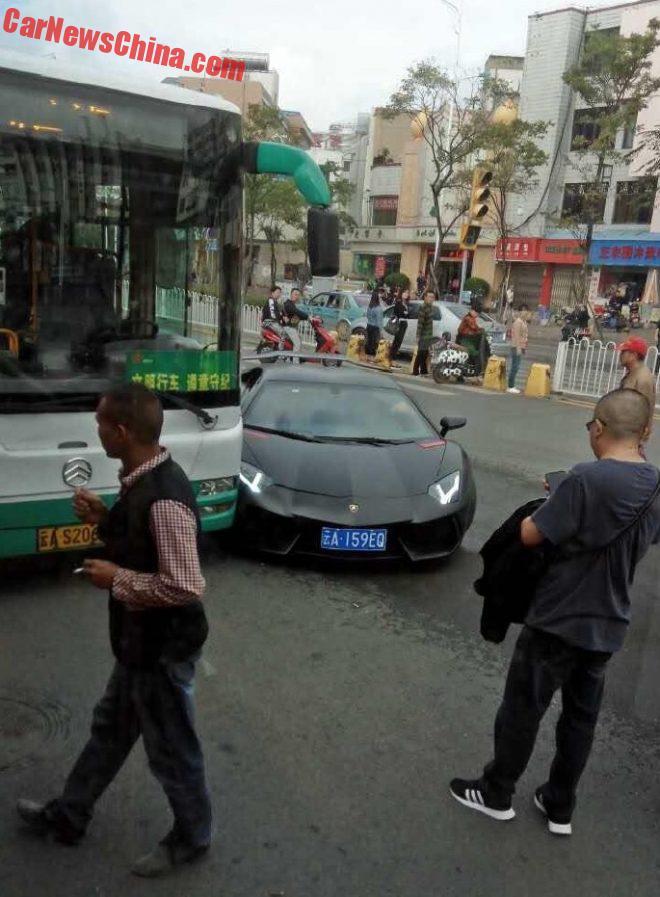 aventador-crash-bus-4