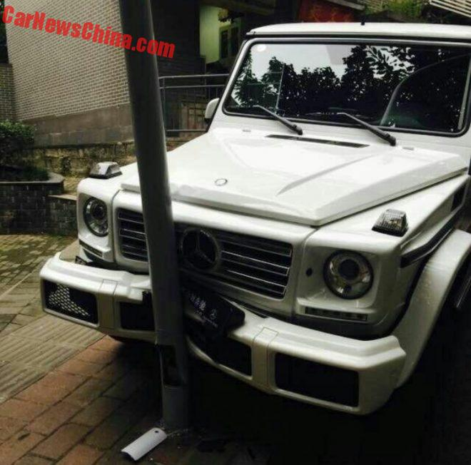 Mercedes-Benz G500 Hits Pole And Gets Rear Ended By Another G500 In China